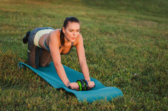 Fitness, sport, opleiding en mensenconcept - glimlachende vrouw doin Royalty-vrije Stock Afbeeldingen