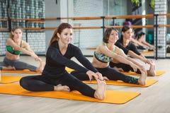 Fitness, sport, opleiding, gymnastiek en levensstijlconcept stock foto's