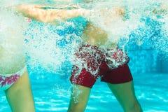 Fitness - sporten onder water in zwembad Royalty-vrije Stock Fotografie