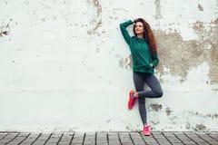 Fitness sportmeisje in de straat royalty-vrije stock afbeelding