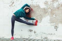 Fitness sportmeisje in de straat stock afbeeldingen