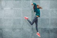 Fitness sportmeisje in de straat stock afbeelding
