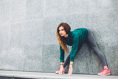 Fitness sportmeisje in de straat royalty-vrije stock foto