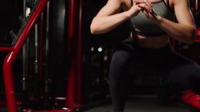 Fitness stap, opleiding, aerobics, sportconcept - Atletische vrouwentrainer bij stap doen aëroob met steppers binnen stock videobeelden