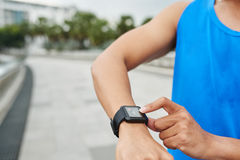 Fitness tracker showing heart rate Royalty Free Stock Photography