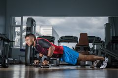 Man doing push-ups in the gym Royalty Free Stock Photos