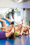 Fitness - Training and workout in gym Royalty Free Stock Photography