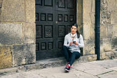 Fitness urban woman rest for texting on smartphone Royalty Free Stock Photos