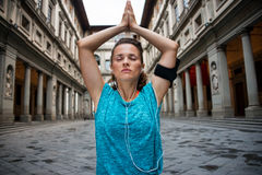 Fitness woman doing yoga near uffizi gallery in florence, italy Royalty Free Stock Photos