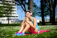 Fitness woman drinking detox smoothie Royalty Free Stock Photos