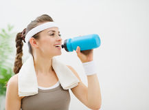 Fitness woman drinking water Royalty Free Stock Photography