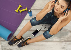 Fitness woman headphone in home Royalty Free Stock Photography
