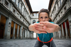 Fitness woman stretching near uffizi gallery in florence, italy Stock Photography