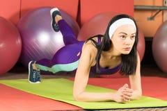 fitness wykonuje fizycznej kobieta Huśtawkowa prasa ćwiczy zdjęcie royalty free