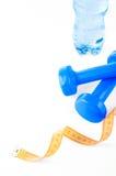 Fitnessymbolen - blauwe domoren, een fles water en een handdoek Het concept een gezonde levensstijl Royalty-vrije Stock Fotografie