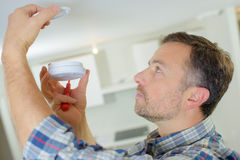Fitting smoke alarm to be safe Royalty Free Stock Images