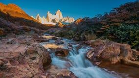 Fitz Roy-Berg in den Sonnenaufganglichtern Nationalpark Los Glaciares, Patagonia, Argentinien stock footage