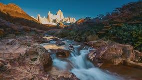 Fitz Roy-Berg in den Sonnenaufganglichtern Nationalpark Los Glaciares, Patagonia, Argentinien stock video footage