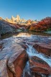 Fitz Roy-berg dichtbij Gr Chalten, in Zuidelijk Patagonië, op de grens tussen Argentinië en Chili Dawn mening van het spoor Stock Foto