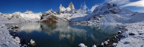 Fitz Roy berg n?ra El Chalten, i den sydliga patagoniaen, p? gr?nsen mellan Argentina och Chile vinter f?r sikt f?r tree f?r fili fotografering för bildbyråer