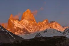 Fitz Roy in de zonsondergang patagonië stock afbeelding