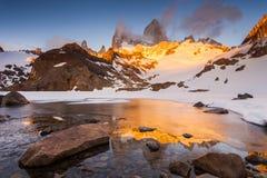 Fitz Roy en los rayos de la puesta del sol patagonia Imagen de archivo libre de regalías
