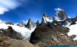 Fitz Roy Massif met wolken - Gr Chalten, Argentinië stock foto's
