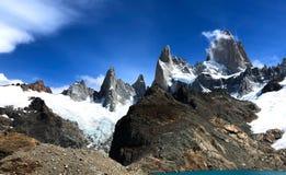Fitz Roy masyw z chmurami - El Chalten, Argentyna zdjęcia stock