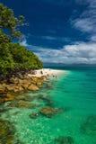 Fitzroy-Insel, AUS - 14. April 2017: Nudey-Strand auf Fitzroy Isla stockfotos