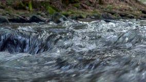 Fiume, acqua che circolano sulle rocce e massi della montagna stock footage