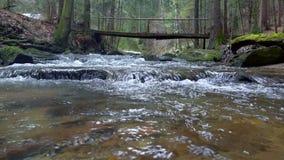 Fiume, acqua che circolano sulle rocce e massi della montagna video d archivio