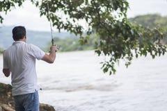 Fiume adulto di pesca dell'uomo sfuocato immagini stock