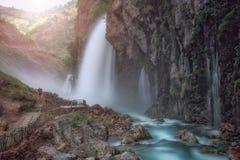 Fiume al piede della montagna Scorrimento dell'acqua veloce Fotografie Stock Libere da Diritti