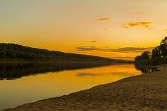 Fiume alla luce delle canne da pesca di tramonto della luce di una pesca di resto Fotografie Stock Libere da Diritti
