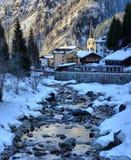 Fiume alpino della montagna nell'inverno un giorno soleggiato Immagini Stock