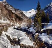 Fiume alpino della montagna nell'inverno un giorno soleggiato Immagine Stock