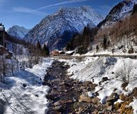 Fiume alpino della montagna nell'inverno un giorno soleggiato Fotografia Stock