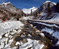 Fiume alpino della montagna nell'inverno un giorno soleggiato Immagine Stock Libera da Diritti