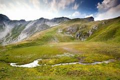 Fiume alpino in montagne e cielo blu Fotografia Stock Libera da Diritti