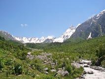 Fiume alto nelle montagne Fotografie Stock