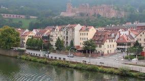 Fiume, argine con la strada principale, città e castello antico Heidelberg, rttemberg del ¼ di Baden-WÃ della terra, Germania stock footage