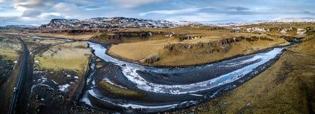Fiume attraverso il paesaggio dell'Islanda Immagini Stock Libere da Diritti
