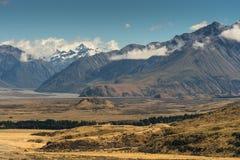 Fiume basso serpeggiante fra le alte montagne, nuovo Zea di Rangitata Fotografia Stock Libera da Diritti