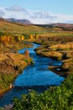 Fiume blu islandese in autunno Immagini Stock Libere da Diritti