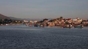 Fiume Cai Nha Trang Vietnam della clip di lasso di tempo della riva del fiume stock footage