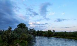 fiume calmo al tramonto immagini stock libere da diritti