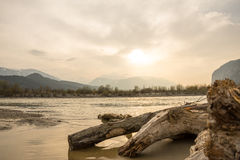 Fiume calmo nelle montagne con luce intensa Fotografia Stock Libera da Diritti