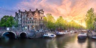 Fiume, canali e vecchie case tradizionali Amsterdam immagine stock