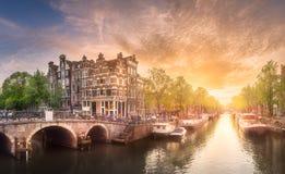 Fiume, canali e vecchie case tradizionali Amsterdam immagini stock