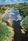 Fiume in canyon di Aktovsky, Ucraina Grandi rocce in piccolo fiume e Immagine Stock